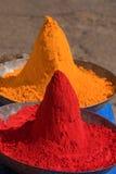 Barwiony kolorowy prochowy kumkum na Indiańskim bazarze obraz royalty free