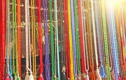 Barwiony koralika różaniec sprzedaje w rynku bazary w India fotografia stock