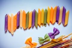 Barwiony makaron malujący w różnym koloru muśnięciu zdjęcie stock