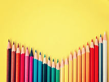 Barwiony ołówek na koloru żółtego papieru tle dla rysunkowego koloru okręgu Zdjęcia Royalty Free