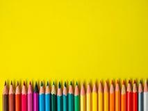 Barwiony ołówek na koloru żółtego papieru tle dla rysunkowego koloru okręgu Obraz Stock