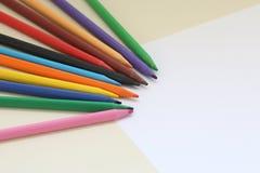 Barwiony ołówek i papier na stole zdjęcie royalty free