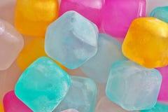 Barwiony plastikowy kostka lodu wizerunek zdjęcie royalty free
