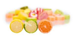 Barwiony round cukierek, cukrowi lizaki, słodki deserowy jedzenie zdjęcia stock