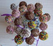 Barwiony słodki popcake tort strzela cukierek obrazy royalty free