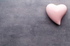 Barwiony serce na szarym tle Zdjęcia Stock