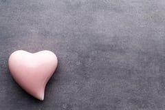 Barwiony serce na szarym tle na widok Mieszkanie nieatutowy Zdjęcie Royalty Free
