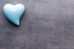 Barwiony serce na szarym tle na widok Mieszkanie nieatutowy Zdjęcia Royalty Free