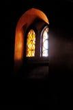 Barwiony szkło, światła przez pobrudzony nadokienny gothic Fotografia Royalty Free