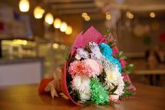 Barwiony urodzinowy kwiatu bukiet Bukiet kolorowa świeża frezja na drewnianym tle Zdjęcie Royalty Free