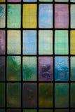 Barwiony witrażu okno z stały bywalec bloku wzoru błękitnej zieleni brzmieniem obraz royalty free