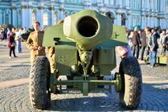 Baryłka pistolet WWII na pałac kwadracie w dniu mem zdjęcie royalty free