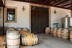 Baryłki i maszyneria dla przemysłu winiarskiego w wytwórnii win w Azeitao, Portugalia Fotografia Royalty Free