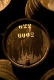Baryłki w wino lochu, Porto, Portugalia obraz stock