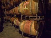Baryłki wino w wytwórnia win lochu Fotografia Stock