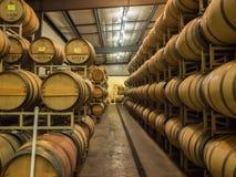 Baryłki wino w wytwórnia win lochu Fotografia Royalty Free
