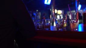 Barzähler der Zigarette des betrunkenen Mannes rauchender naher mit leeren Gläsern, schlechte Gewohnheiten stock video