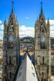 BasÃlica delVoto Nacional basilika av det nationella löftet, sikt av belltowersna, Quito, Ecuador Royaltyfria Bilder