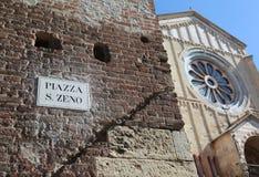 Basílica antigua y la palabra PLAZA San Zeno In Verona Italy Fotos de archivo libres de regalías