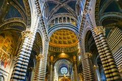 A basílica arqueia a igreja Siena Italy de Rose Window Stained Glass Cathedral da nave imagens de stock royalty free