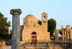 A basílica das vistas da antiguidade da religião da torre de sino da cruz da coluna imagem de stock