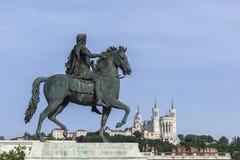Basílica de la estatua y de Fourviere en un fondo Fotografía de archivo libre de regalías