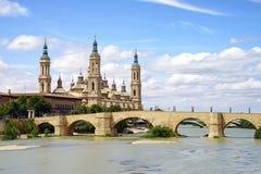 Basílica de nossa senhora da coluna e do Ebro River fotografia de stock royalty free