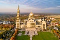Basílica de nuestra señora del liquen en Polonia Silueta del hombre de negocios Cowering fotografía de archivo