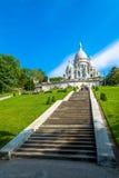 Basílica de Sacre Coeur en París en el día con el cielo brillante azul Fotos de archivo libres de regalías
