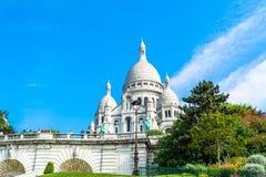 Basílica de Sacre Coeur en París en el día con el cielo brillante azul Foto de archivo libre de regalías