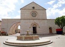 Basílica de Saint Clare em Assisi, Úmbria, Itália imagens de stock royalty free