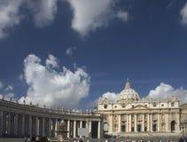 Basílica de San Pedro con el colonade y la fuente Foto de archivo