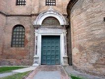 Basílica de San Vitale en Ravena - puerta lateral Imagen de archivo libre de regalías