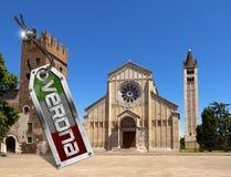 Basílica de San Zeno con la etiqueta del metal - Verona Fotos de archivo