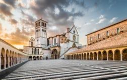 Basílica de St Francis de Assisi en la puesta del sol, Assisi, Umbría, AIE Imagen de archivo libre de regalías