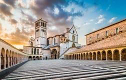 Basílica de St Francis de Assisi en la puesta del sol, Assisi, Umbría, AIE Foto de archivo libre de regalías