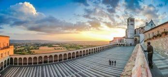 Basílica de St Francis de Assisi en la puesta del sol, Assisi, Umbría, Italia Imagenes de archivo
