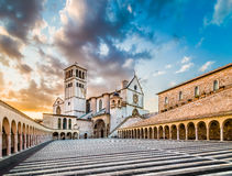 Basílica de St Francis de Assisi en la puesta del sol, Assisi, Umbría, Italia Imagen de archivo