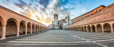 Basílica de St Francis de Assisi en la puesta del sol, Assisi, Umbría, Italia Imagen de archivo libre de regalías