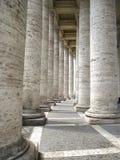 Basílica de St Peter, colunata de Bernini fotos de stock royalty free