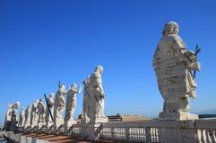 Apóstolos em cima da basílica de St Peter em Roma, Italia foto de stock