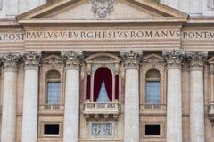 A basílica de St Peter - o balcão do papa Fotografia de Stock