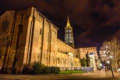 Basílica de St Sernin por noche en Toulouse Foto de archivo