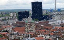 Basílica del corazón sagrado de Jesús y de los nuevos edificios del metal y del vidrio en el centro de Zagreb Foto de archivo libre de regalías