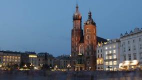 Basílica del ` s de St Mary en Kraków vieja, igualando lapso de tiempo almacen de metraje de vídeo