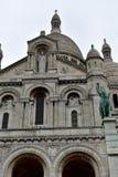 Basílica do coração sagrado Sacre Coeur Paris, França, Montmartre Fachada com estátuas, archs, abóbada e torres Dia chuvoso, gre imagem de stock