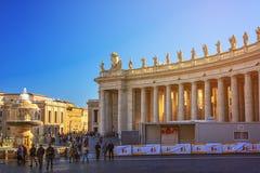 A basílica do St Peter é vista no quadrado de St Peter em Cidade Estado do Vaticano, Vaticano imagens de stock royalty free