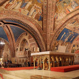 Basílica famosa do interior de St Francis de Assisi Basílica Papale di San Francesco com a mais baixa plaza no por do sol em Assi fotos de stock