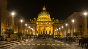 Basílica por la tarde, Vaticano Italia del ` s de San Pedro Foto de archivo libre de regalías