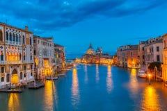 Basílica Santa Maria della Salute, della Dogona e Grand Canal de Punta no por do sol azul da hora em Veneza, Itália com barcos e imagens de stock royalty free